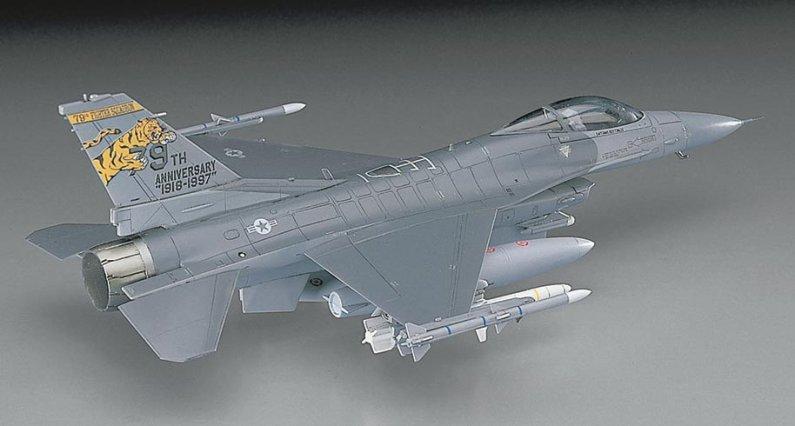 Hasegawa F16CJ Block 50 Fighting Falcon