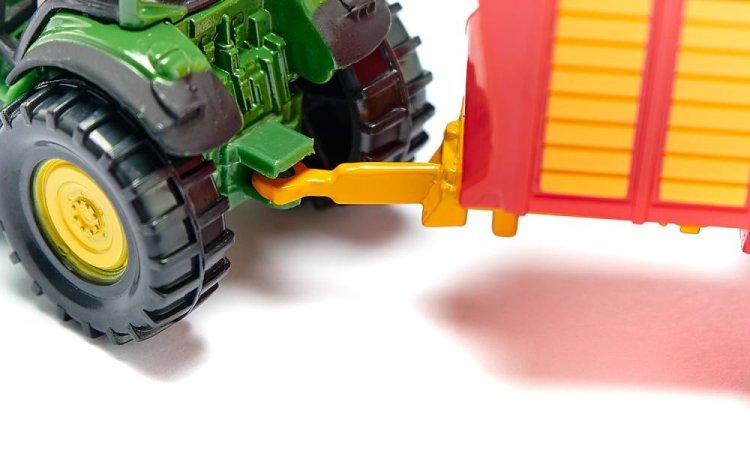 SIKU  Traktor John Deere s vlekem na siláž
